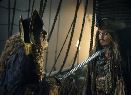 """PIRATES OF THE CARIBBEAN: DEAD MEN TELL NO TALES""..The villainous Captain Salazar (Javier Bardem) pursues Jack Sparrow (Johnny Depp) as he searches for the trident used by Poseidon..Pictured L-R: Geoffrey Rush (Barbossa) and Johnny Depp (Captain Jack Sparrow)..Ph: Peter Mountain..© Disney Enterprises, Inc. All Rights Reserved.  Пираты Карибского моря: Мртвецы не рассказывают сказки КультКино cultofcinema.com"