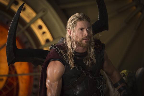 Рецензия на фильм Тор Рагнарёк КультКино cultofcinema.com  Marvel Studios Thor: Ragnarok..Thor (Chris Hemsworth)..Photo: Jasin Boland..©Marvel Studios 2017