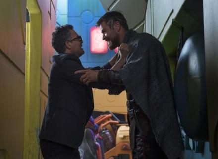 Thor: Ragnarok..L to R: Bruce Banner (Mark Ruffalo) and Thor (Chris Hemsworth)..Photo: Jasin Boland..©Marvel Studios 2017